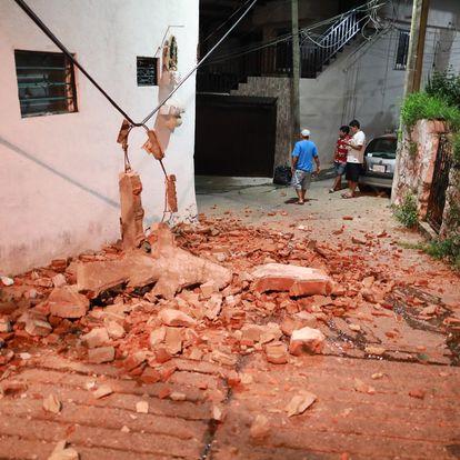 MEX875. ACAPULCO (MÉXICO), 07/09/2021.- Familias salen de sus viviendas este martes, debido al sismo de 7.1 en el balneario de Acapulco en el estado de Guerrero (México). Un sismo de magnitud 7,1 sacudió este martes el centro y sur de México, sin que hasta ahora se reporten víctimas o daños materiales. EFE/David Guzmán