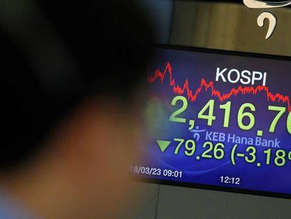 Una pantalla muestra información bursátil en el KEB Hana Bank en Seúl (Corea del Sur)