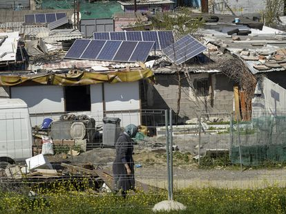 Los vecinos han empezado a instalar placas solares sobre las chabolas de la Cañada, que lleva seis meses sin luz.