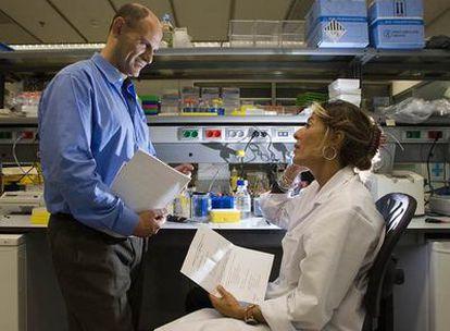 Juan Carlos Izpisúa, director del Centro de Medicina Regenerativa de Barcelona, junto a la investigadora Anna Veiga.