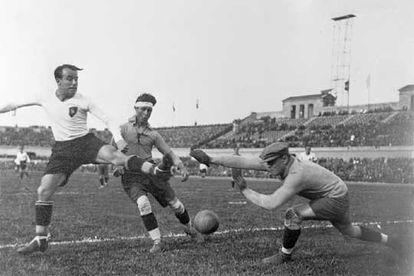Barcelona, 14 de abril de 1932. Samitier (a la izquierda) se adelanta a Antoñito y Ricardo Zamora (a la derecha), en el partido de selecciones de Cataluña y Centro.