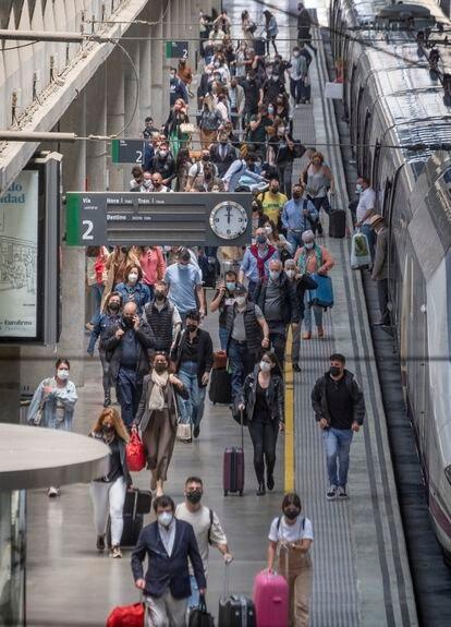 Viajeros procedentes de Madrid a su llegada a la estación de Santa Justa en Sevilla, este viernes.