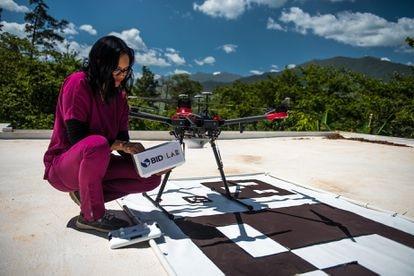 Una enfermera supervisa las medicinas que llegaron con el dron para pacientes de su comunidad.