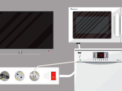 Varios electrodomésticos enchufados a una regleta. En vídeo, consejos para ahorrar electricidad en casa.