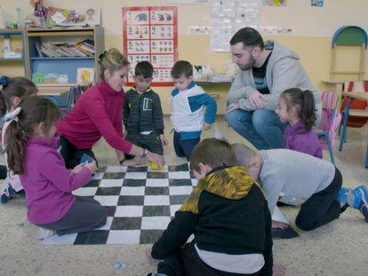 Un grupo de alumnos de educación infantil en una clase de ajedrez y pensamiento computacional. En vídeo, el reportaje completo sobre cómo funciona el programa de pensmaiento computacional en el CEIP Carlos V.