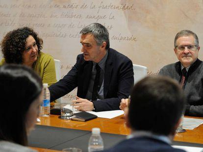 Jonan Fernández, secretario de Derechos Humanos del Gobierno vasco, en su reunión de hoy con las víctimas.