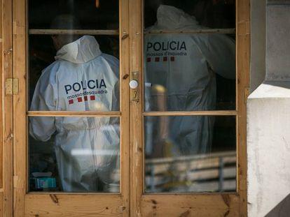 La policía científica investiga un crimen, en una foto de archivo.