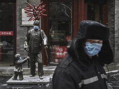 Tras la oleada de ira y dolor públicos en Internet, Pekín enviará a inspectores de su máxima comisión disciplinaria a investigar por qué no se hizo caso al médico que dio la voz de alarma