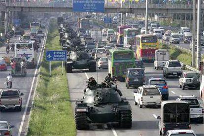 Poco a poco, la capital tailandesa recupera el ritmo normal. Solamente la presencia de los militares altera la imagen cotidiana de Bangkok.