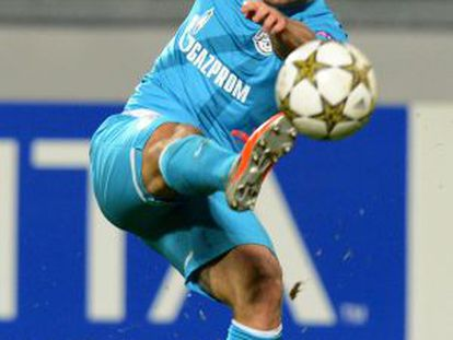 Kerzhakov chuta a gol.