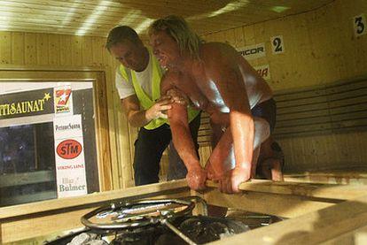 Kaukonen es retirado de la sauna tras suspenderse la competición.