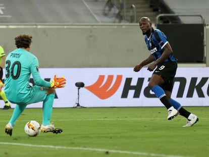 Lukaku hace el 5-0 del Inter al batir por debajo de las piernas a Pyatov.