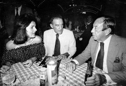 Jackie Kennedy en el Oyster Bar, en Grand Central Terminal, junto al escritor Brendan Gill (en el centro) y el exalcalde de Nueva York Robert F. Wagner, el 20 de julio de 1977. La cena servió para celebrar que el Comité para la Salvaguarda de Grand Central había conseguido parar la construcción de un edificio de 59 plantas sobre la terminal. |