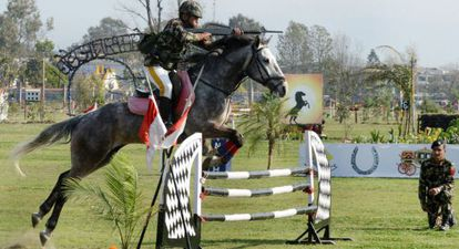 Un soldado nepalí participa en el festival de carreras de caballos Ghode Jatra en Kathmandú.