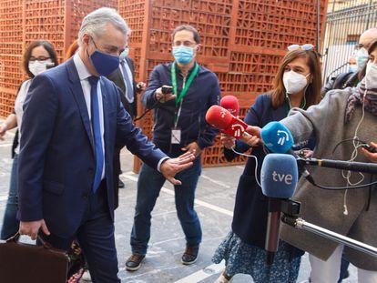 El lehendakari, Íñigo Urkullu, contesta a preguntas de los periodistas a su llegada a la sede del Parlamento Vasco en Vitoria, en una imagen de archivo.