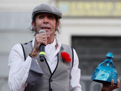 El cantante y presentador Mario Vaquerizo, pregonero en el acto inaugural de las fiestas de San Cayetano, San Lorenzo y La Paloma celebrado este viernes en la plaza del General Vara del Rey, en Madrid.