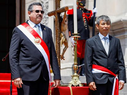 El presidente de Perú, Manuel Merino, posa junto a José Arista, ministro de Economía, tras el juramento del Gabinete, este 12 de noviembre.