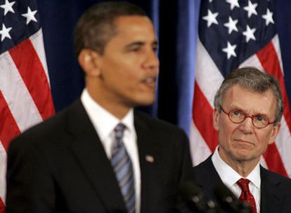Tom Daschle observa a Barack Obama durante la conferencia de prensa