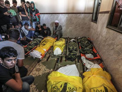 Funeral por los miembros de una familia muertos en un bombardeo israelí, el jueves en Gaza.