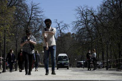 Varias personas pasean en el Parque de El Retiro el 15 de marzo.