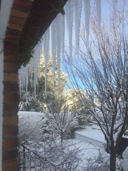 Carámbanos en una casa de Venturada (Madrid), el domingo 10 por la mañana.