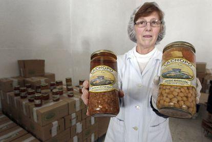 Una empleada de una de las empresas de agricultura orgánica muestra dos de sus productos.