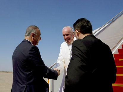 El primer ministro iraquí Mustafa al Kadhimi recibía al papa Francisco, a su llegada este viernes a Bagdad.