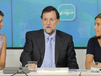 Mariano Rajoy, flanqueado por Dolores de Cospedal (izquierda) y Ana Mato, en la reunión del Comité Ejecutivo del PP.
