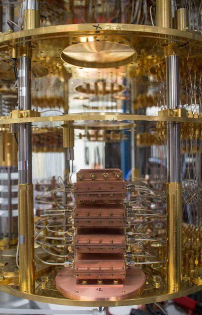 Detalle del interior del ordenador cuántico universal de IBM
