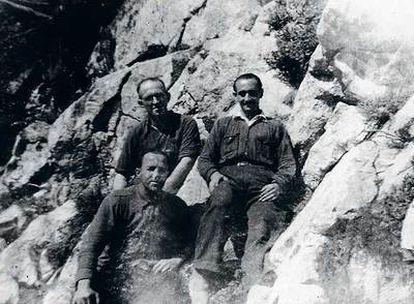 Juanín (a la derecha) en Peña Ventosa, con dos compañeros.
