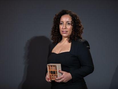 La escritora Najat El Hachmi, ganadora del Premio Nadal, en Barcelona, con el galardón.