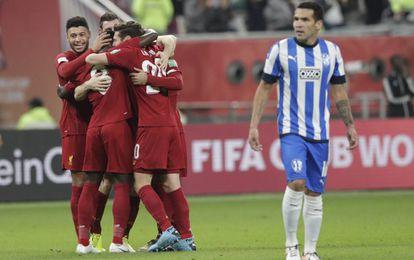 Los jugadores del Liverpool celebran un gol ante el desconcierto de Celso Ortíz de Monterrey.