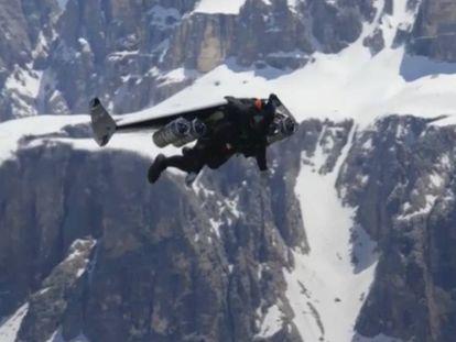 El piloto francés, Vince Reffet, volando sobre los Dolomitas italianos.
