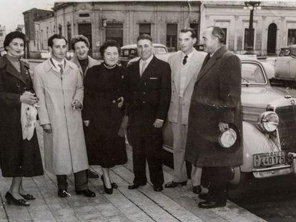 Bernhardt, con sombrero en la mano, en la boda de uno de sus trabajadores, en Alicante, en una imagen sin datar. Tras él, su coche Mercedes.