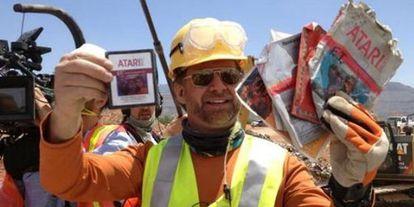 Uno de los obreros de la excavación muestra cartuchos de E. T.