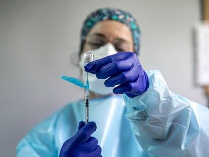 Vacunación, en el centro de salud de Catarroja a sanitarios. Personal sanitario recibe la vacuna Pfizer BioNTech.
