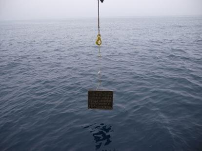 Inmersión de la placa que recuerda a los 275 fallecidos en el hundimiento de la 'Mercedes'.