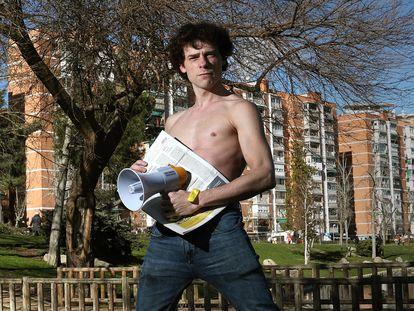 Óscar Sinela, actor que ha puesto en marcha una campaña por la transparencia en los medios de comunicación, en el Parque de Aluche en Madrid.