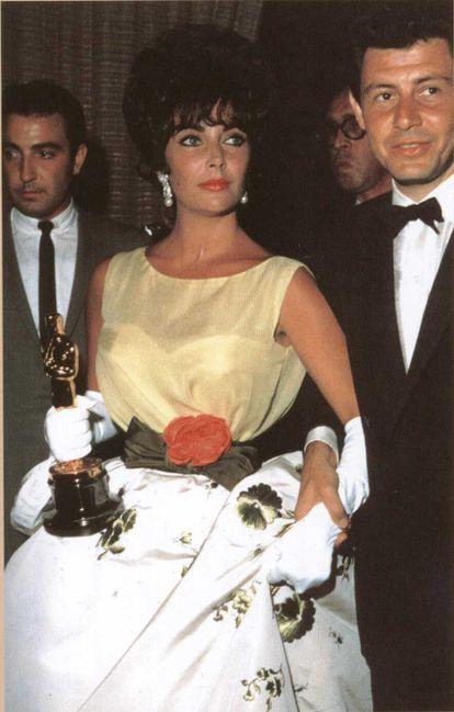Christian Dior firmaba el modelo que Elizabeth Taylor llevó para recibir el Oscar en 1961.