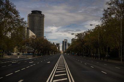Paseo de la Castellana con las Torres Kio y las Cuatro Torres de fondo el martes 24 de marzo a las 10:43 horas.