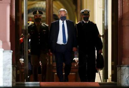El presidente de Argentina, Alberto Fernández, sale de la Casa Rosada en la noche del 15 de septiembre de 2021.