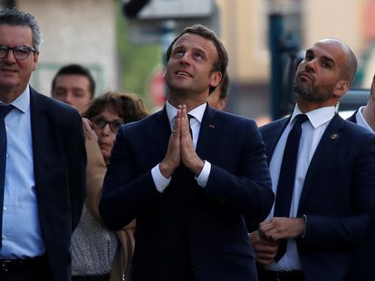 Emmanuel Macron hace un gesto a residentes en Pantin, cerca de París, tras visitar un centro médico en la localidad, el pasado martes.
