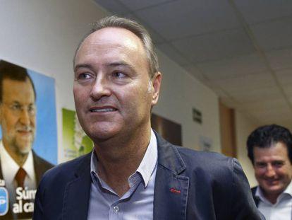 Alberto Fabra, seguido de José Ciscar, en la sede del PPCV.