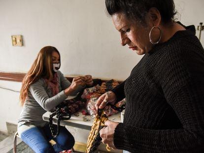 En Casa Animí, las personas trans pueden aprender oficios, lo que les ayuda a su inserción laboral. Cuentan con un taller textil, donde confeccionan carteras y cinturones de cuero para una reconocida marca argentina.