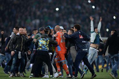 Los hinchas se agolpan sobre Reina tras acabar el partido.
