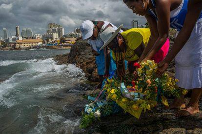 Seguidores de Iemanjá dejan ofrendas en la playa de Salvador, en la Bahia.