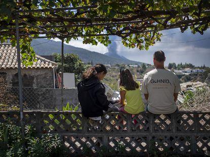 Aurelio Acevedo junto a sus hijas en su casa en la localidad de El Paso, La Palma.