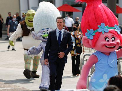 El gobernador de California, Gavin Newsom, minutos antes de anunciar la reapertura del Estado en los Estudios Universal.