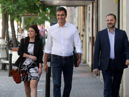 Pedro Sánchez llega a la sede del PSOE en la calle Ferraz junto a Adriana Lastra y José Luis Ábalos