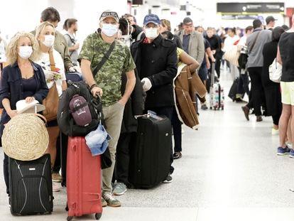 Viajeros con máscara, este viernes en el aeropuerto de Miami.